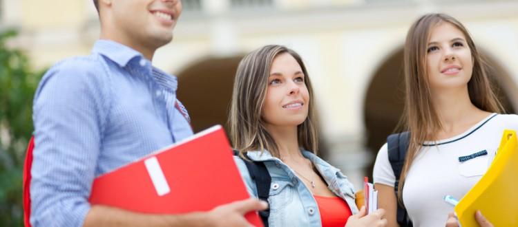 gruppe studenten auf dem schulhof mit mappen in der hand