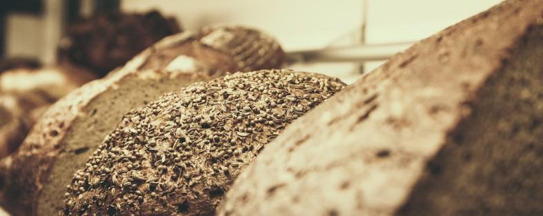 mehrere laibe brot liegen nebernander