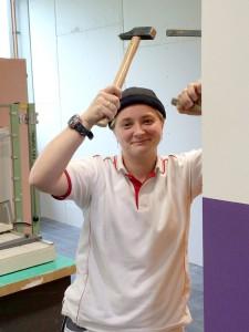 Bea mit einem hammer an der bbs stadthagen