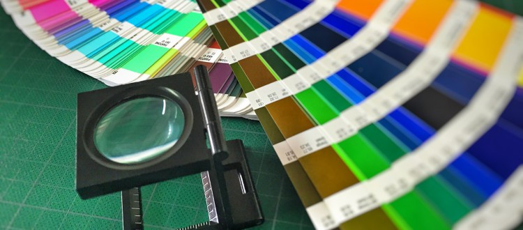 farbige streifen mit lupe liegen auf einem tisch