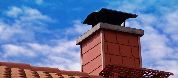dach mit roten ziegeln und einem schornstein