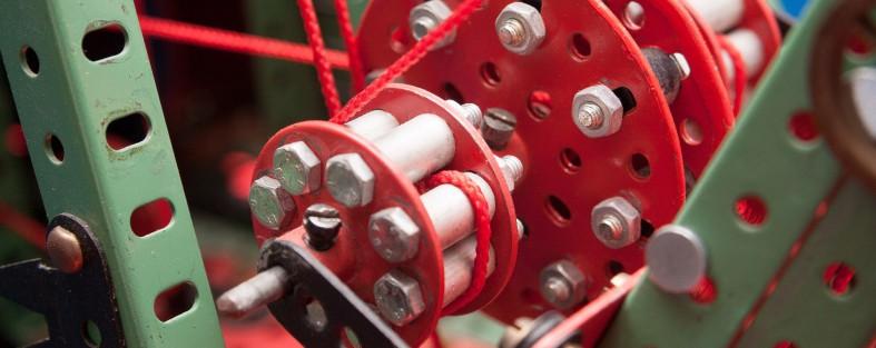 metallkonstruktion mit vielen faeden