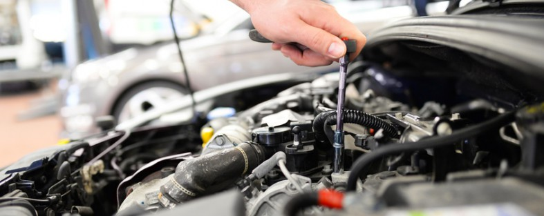 Automechaniker repariert Motor eines Fahrzeuges in Werkstatt