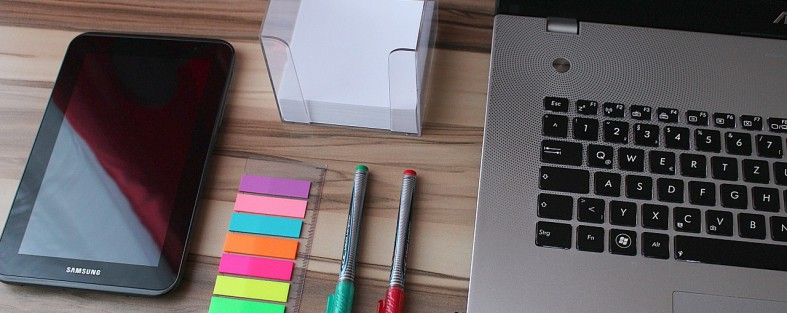 bueroartikel auf tisch neber einem laptop