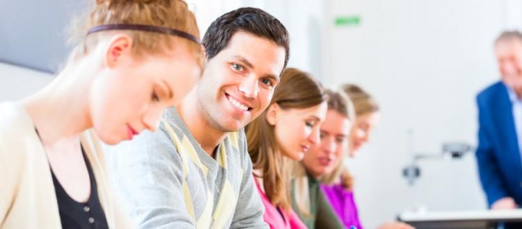 studenten an einer universitaet schreiben grade eine pruefung