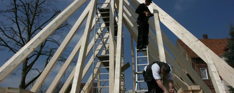 zimmerer bauen eine dachkonstruktion