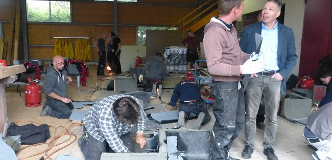 die dachdecker der bbs befinden sich auf einer weiterbildung und arbeiten