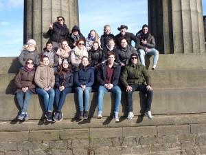 gruppenfoto in schottland auf steinernen treppen