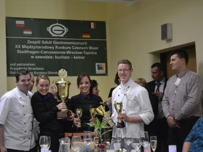 schueler vieler nationen auf einem kochwettbewerb