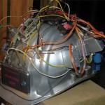 silber dynamit helm mit vielen kabeln auf einem stein