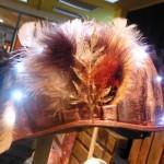 feder helm mit leuchten in rot auf einem stock