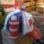 trink helm mit zwei flaschen und nummer 1 vorne liegt auf einem stein