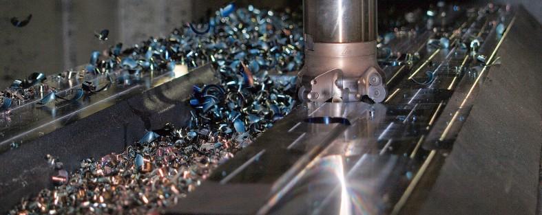 geraet zerkleinert metall in viele kleine stuecke