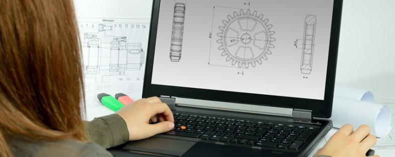 junge frau sitzt vor einem laptop mit einer zeichnung