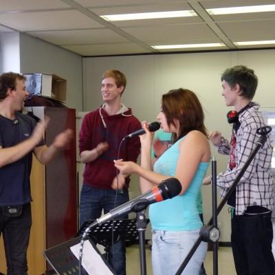 musikproben der schuelerband im musikraum