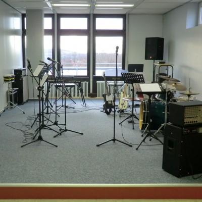 neuer raum der band mit instrumenten